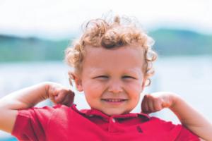 jongen-met-krullen-en-rood-shirt