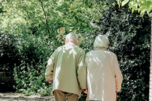 ouder-koppel-wandelt